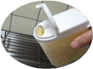 ねぎをパラパラにする容器にチーズをいれて画像