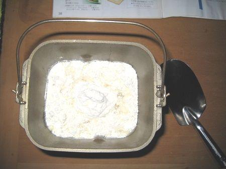パンケースに小麦粉を移した図