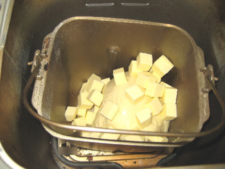 ホームベーカリー 「焼き」の始まり、冷凍のバターを加えた画像