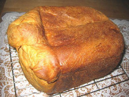 デニッシュ風食パンを、脚付き金網台にのせ、粗熱を取る