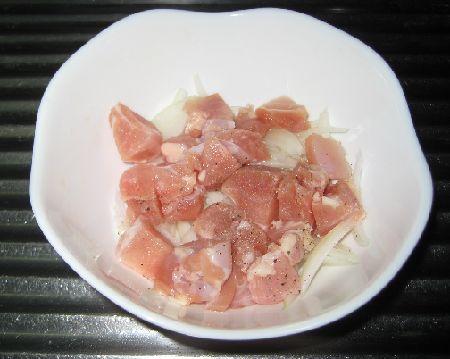 マカロニグラタン-下ごしらえ-鶏肉と野菜を蒸煮にする画像