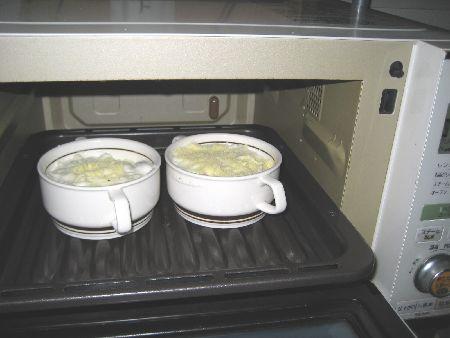 ビストロ庫内下段にグリル皿の上にグラタン皿をおいてセットした画像