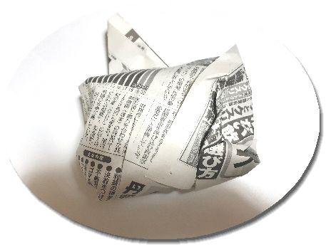 新聞紙に包るまれたタマネギ画像