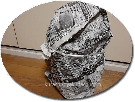 部屋に置いた新聞紙に包んだ白菜画像