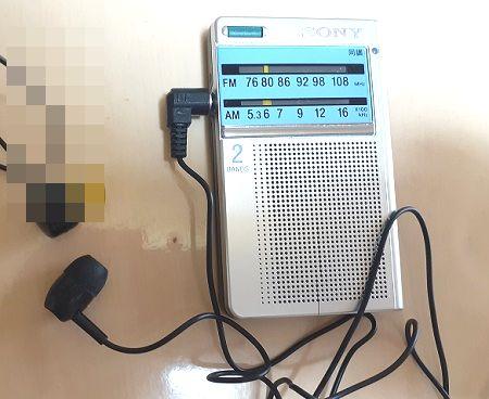モノラルラジオイヤホンをトランジスタラジオにセットした画像