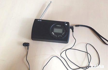 YOREKトランジスタラジオにセリアの片耳イヤホンをセットした画像