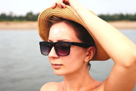 日焼けの女性
