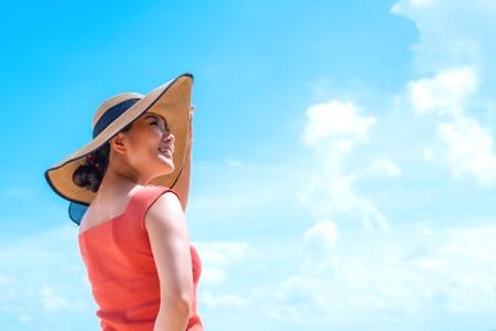日焼けを防止するため帽子をかぶる女性