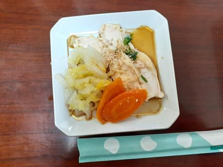 鶏むね肉白菜蒸しをお皿に取り分けた画像