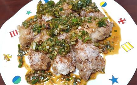 油淋鶏を皿に盛った画像
