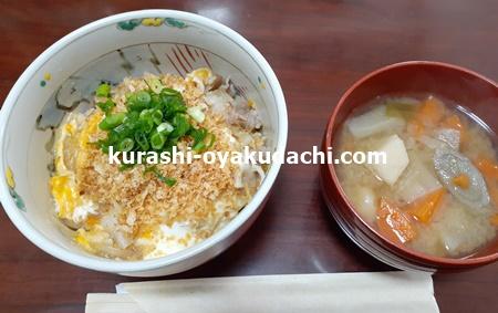 揚げないカツ丼食と味噌汁の画像